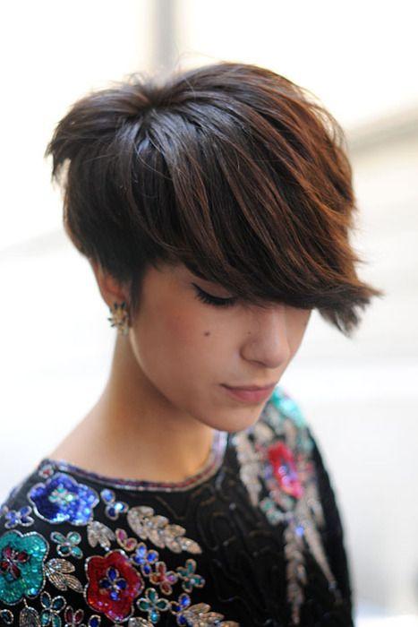 Corte de cabello corto, estilo pixie con flequillo largo para un lado - Cortes-de-cabello.com