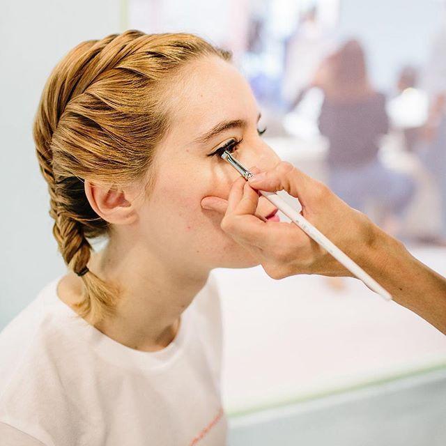 #tbt beauty look par la team @vegetalement lors du dernier @whosnextdotcom Merci à la belle @cuillereaabsinthe et @theaptmt pour le cliché #makeupbrushes #makeup#makeupartist#beauty#beautylook#mua #maquillage #pro #makeupaddict #brushes #pinceaux #pinceauxmaquillage #maquilleuse #beautytricks #motd #wsn16 #makeupideas #eotd 📷 Kris Atomic 👁 @angelinabergese