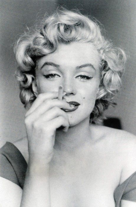Marilyn Monroe and her sexy smoking.