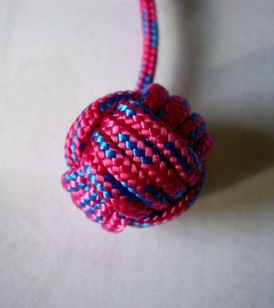 Hallo. Ich biete einen schönen Schlüsselanhänger aus der Bretagne zum Tausch an. Sie können auswählen, ob sie ihn gerne in pink oder gelb haben möchten. Die Länge des Anhängers ist beliebig verstellbar.Der Schlüsselanhänger hat einen Wert von 6,50 €.Die Kugel nennt sich Affenfaust. Dieser spezielle Knoten aus einem stabilen Nylon stammt aus der Seefahrt. Bringen Sie damit Farbe an Ihr Schlüsselbund und setzen Sie einen neuen Trend!Machen Sie mir doch einfach einen Vorschlag, wogegen Sie ihn…