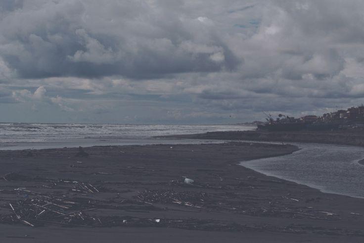 COME LE ONDE SULLA SPIAGGIA Ed è un cielo strappato, con pieghe fino all'orlo e unghie, quello che vedi, a segnare la schiena, pudica, mescolata alle labbra, appesa a un senso tribale che mi sbatte sull'anima  e  come le onde sulla spiaggia, lascia le impronte dei miei palmi sulle tue caviglie.  Ore.   http://paralleluniverseinpolaroid.wordpress.com