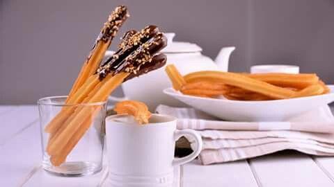 Churros  Ingredientes  Para decorar:Cobertura de chocolate200 gFrutos secos picadosMantequilla50 gPara el chocolate:Fécula de maíz50 gLeche1 LChocolate200 gPara los churros:Agua1 LAceite de girasolHarina de repostería1 kSal1 cdita.  Preparación  Para lamasa de los churros ponemos ahervirelaguacon lasal.Una vez que haya hervido, agregamos laharinade golpe y hacemos unengrudoque cocinaremos durante dos minutos con una espátula o cuchara de madera.Luego, retiramos la mezcla de…