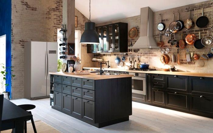 colonne-bois-décorative-collection-bouteuilles-vin-cuisine-ikea-noire-style-campagne-industriel-murs-briques-rouge-et-blanc-refrigerateur-metalique