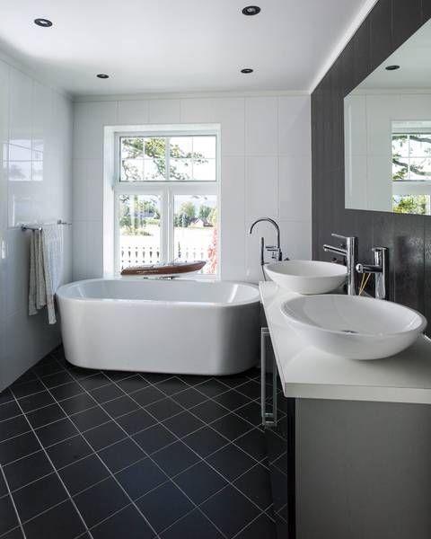 MER MODERNE: Badet i andre etasje er stilrent med vasker og badekar fra Svedberg. Fra badekaret kan man se ut over fjorden. Ole-Petter samler på modellbåter, en Riva har funnet sin naturlige plass i vinduet her.