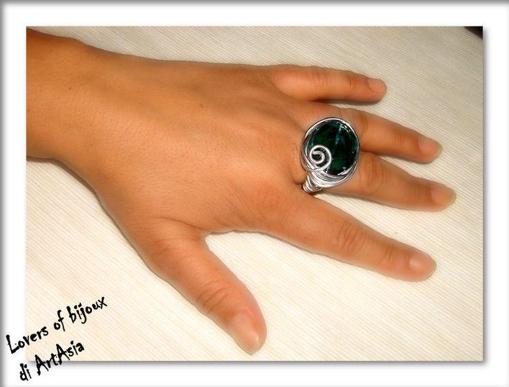 Anello realizzato con filo di alluminio e gemma di vetro color verde petrolio. Handmade in italy, artigianato italiano