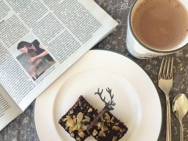 Eine Zeitung, ein Kakao und ein sonniger Sonntag Morgen
