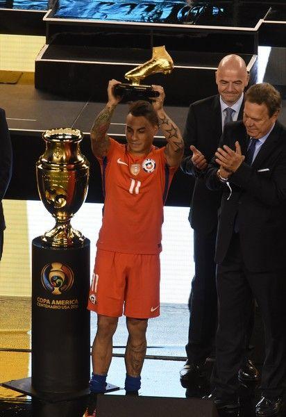 Eduardo Vargas receives the Golden Boot award.