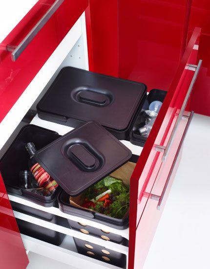 Spodná skrinka pod drezom so zásuvkou, v ktorej je ukrytá ďalšia ...
