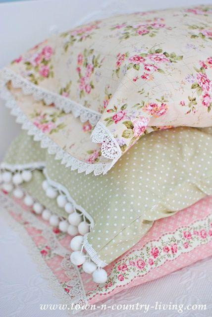 Fundas para las almohadas/cojines. Los bordados de los extremos son una gran idea.