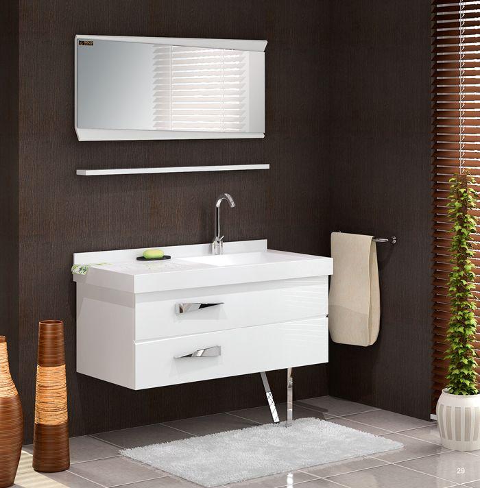 Parlak krom kulplu, tezgah ve ayna arası rafı bulunan beyaz aynalı banyo dolabı