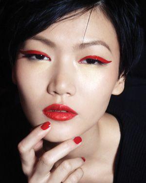 rode eyeliner en lippen en nagels