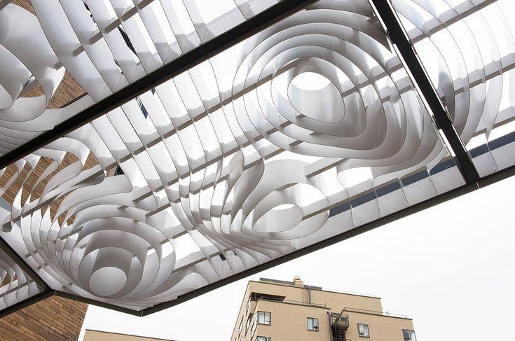 Dans la ville de Portland en Oregon,Entrium Light Cloud est un auvent léger préfabriqué conçu pour couvrir la plate-forme et les escaliers de l'entrée du