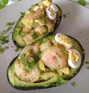 Lunchidee: gevulde avocado - ingrediënten: avocado, knoflook, garnalen, olijfolie en kruiden. Als je wilt voor de smaak nog een gekookt eitje