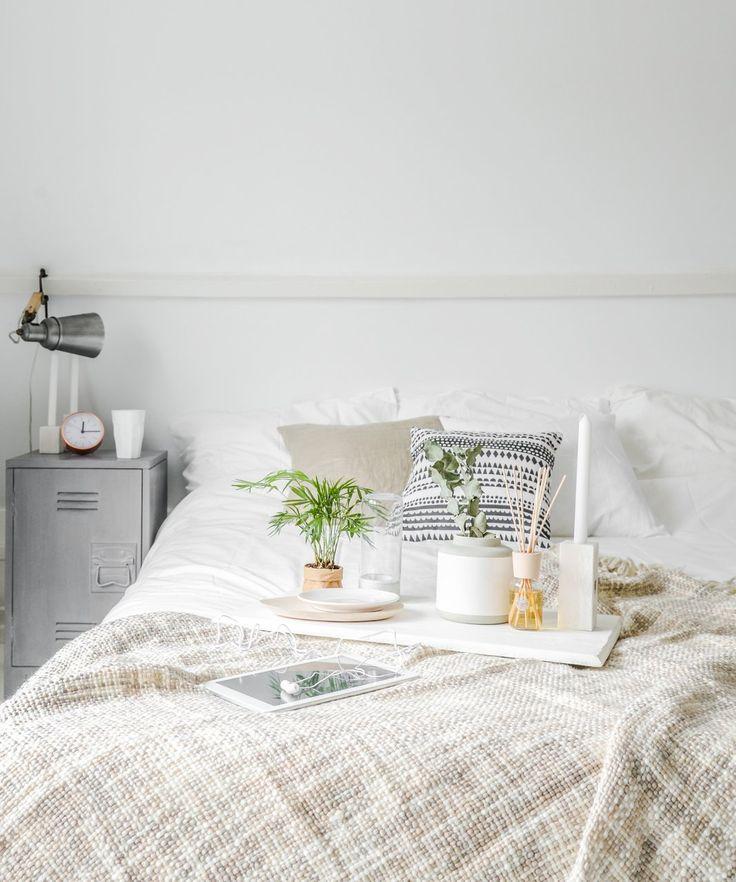 Na een drukke werkweek is niets fijner dan op zondag heerlijk uitslapen en in bed blijven liggen. Ik kies graag voor het 'hotelgevoel', waarbij ik wegzak in mijn grote bed met een dik dekbed, veel kussens en blogs lees op de HEMA tablet.