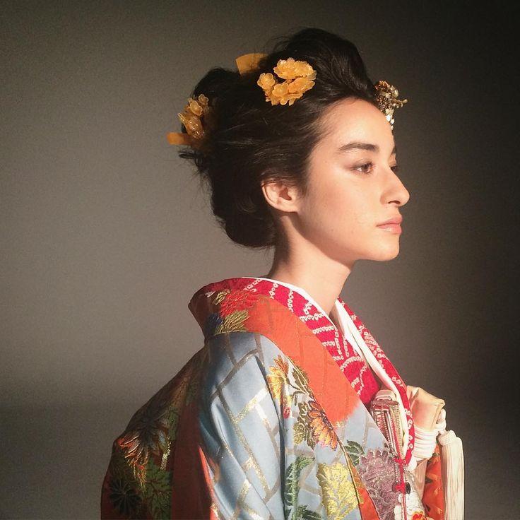 色打掛を羽織り、かんざしバージョンにチェンジ。 和装×洋髪の飾りはお花が人気ですが、かんざしだけもおしゃれ。 詳しくは7月発売の @25answedding をご覧下さい!  #kimono #bridal#wedding#japan#flowers #hair #makeup #着物#引き振袖#和装#プレ花嫁#結婚式#結婚式準備#ヘアアレンジ#ブライダルヘアメイク#色打掛#ヘアサロン#美容室#美容師#かんざし#hatsukoendo#ハツコエンドウ#銀座