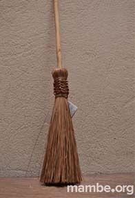 Y para barrer la chimenea, porque no usar esta pequeña escoba en fibra natural de la palma de chiqui-chiqui. ( Vichada- Colombia) #Artesanias Cómpralo en Mambe.org!
