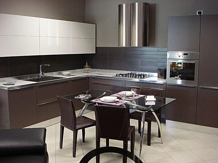 En la cocina está también la mesa dónde comemos con tres sillas.