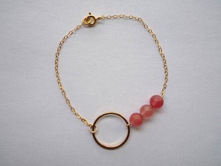 Ce bracelet très léger est composé d'une fine chaîne en plaqué or, d'un anneau (laiton doré 17 mm) et de trois perles en Quartz cherry.  Montage entièrement plaqué or.   - 11755723