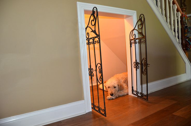 Under Staircase Dog House - cool page step by step tutorial even tells you how they got the gate!!!