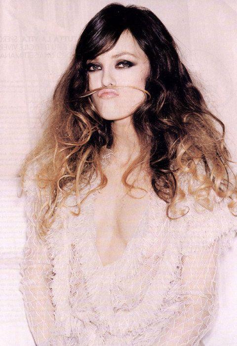 Vanessa Paradis est très rock avec cette longue coiffure crêpée mi-brune mi-blonde. #vanessaparadis #coiffure #hair