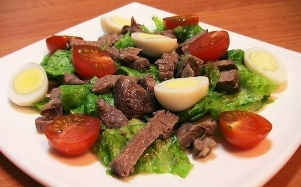 Salad with beef, tomatoes and eggs
