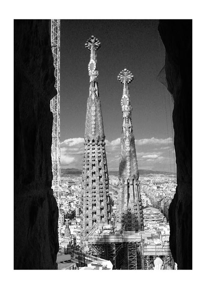 Sagrada Família - Barcelona - Espanha - Fotografia de autoria própria e impressa no processo Fine Art  - Papel fotográfico Hahnemühle Photo Luster 260 gsm - Moldura nas cores branca ou Preta  - As dimensões (altura e largura) podem ser adaptadas à sua necessidade/espaço. 15x21 = R$ 66,00 20x30 = R$ 86,00 30x40 = R$ 126,00 40x50 = R$ 240,00 https://vitrine.elo7.com.br/suafotonaparede