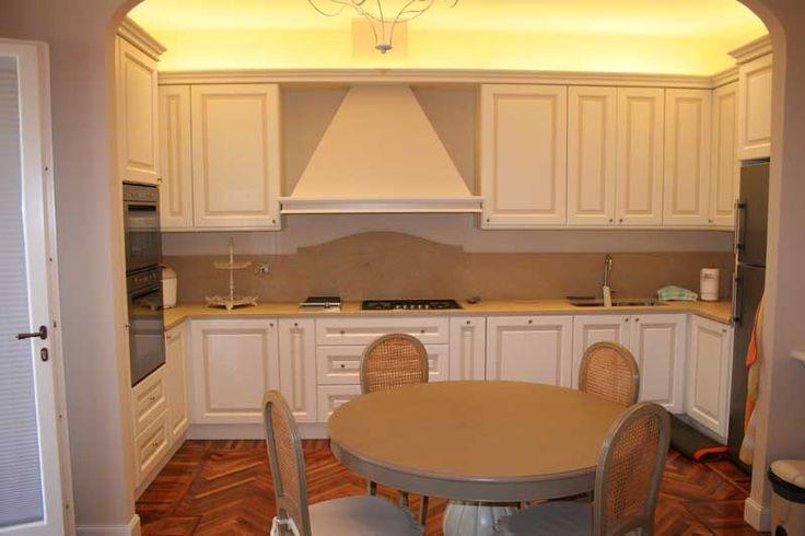 Cucina con verniciatura laccata con riquadri di colore diverso -->  http://ow.ly/SEqOF