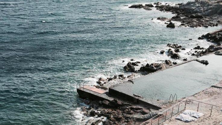 L'hôtel des Roches Rouges basé sur la Côte d'Azur à Saint-Raphaël possède une piscine avec un couloir de nage taillé dans la roche le long du rivage. #hotel #luxe #luxury #design #saintraphael #cotedazur #provence #mediterranee