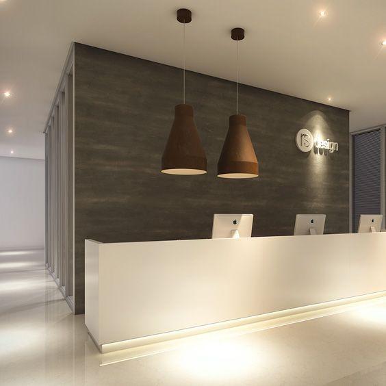 Recepção totalmente planejada com mobiliário da RS Design. Design clean com toque rústico das luminárias.