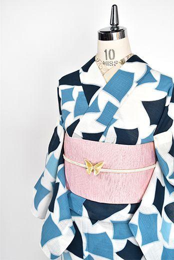 オフホワイトの地に、ブルーとネイビーの抽象パターンが涼やかにデザインされた化繊の夏着物です。