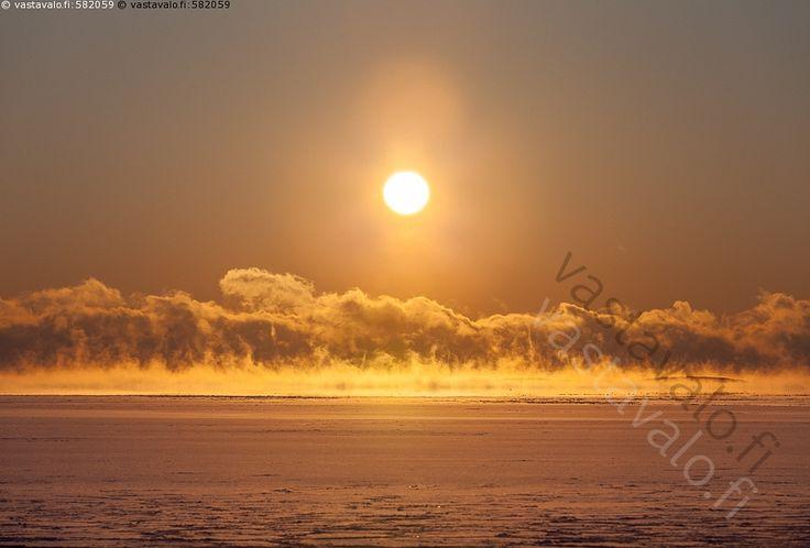 Merisumua auringon väreissä - aurinko höyry meri merisavu hehku auringonlasku Itämeri auringonpaiste ilta-aurinko jäinen jäiset jää jäätyvä kirkas kylmyys kylmä laskeva matalalla merisumu oranssi pakkanen pakkasella sumu talvi talviaurinko talvinen tammikuu usva valo vesi väri värikäs värit
