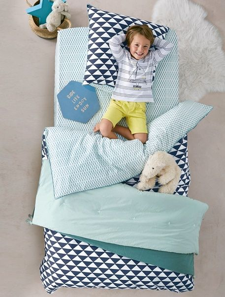 This duvet cover + pillowcase set with matching modern motifs will give a joyful touch to the decoration!  - Duvet cover  140 x 200 cm + pillowcase 63 x 63 cm  Duvet cover: printed turquoise on white background, one side with triangles, the other side with small rectangles,/li> Flap at the end to fit sheet pillowcase: printed turquoise on white background, one side with triangles, the other side with small rectangles Contrasting edging (pillowcase and duvet cover)  WHAT YOU NEED TO KNOW…