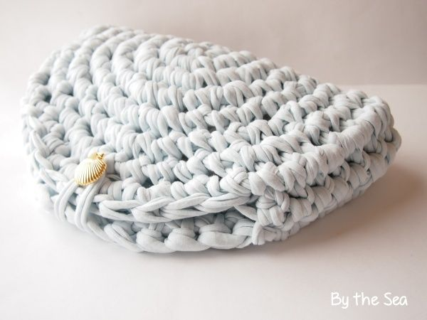 Easy t shirt yarn crochet clutch bag - idea #trapillo #fettuccia Cute/Clever idea.  No patter, but would be easy to do.