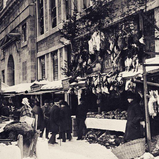 34 mentions J'aime, 2 commentaires – Propos Montréal (@proposmontreal) sur Instagram : «Le marchand de gibiers et de peaux au marché Bonsecours de la rue St-Paul vers 1884, . Archives de…»