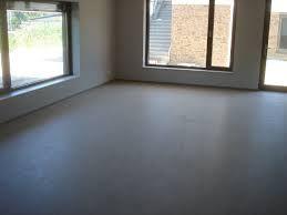 Linoleum vloeren worden nog steeds vaak gebruikt. U kunt deze vloeren eenvoudig overschilderen met een betonverf.