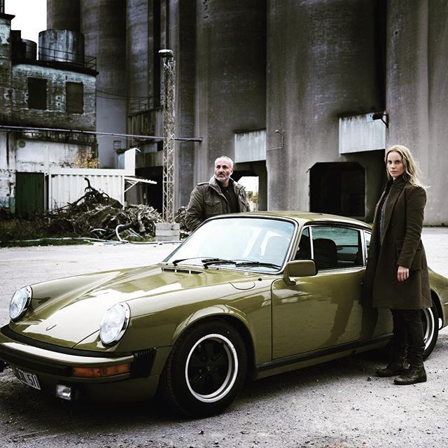 Sofia Helin drives a 911 S 2.7 (1974) in the Scandinavian TV series The Bridge.