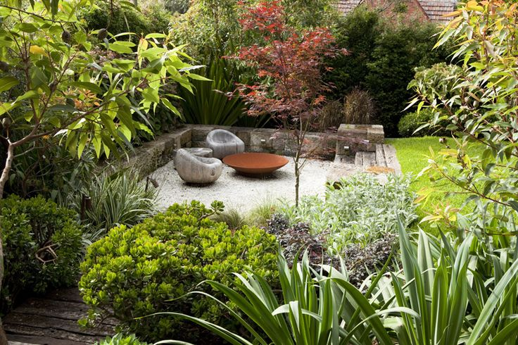 A contemporary Australian garden designed by Peter Fudge. This design is a lot less formal than most of his garden designs and somehow seems to suit the climate better.