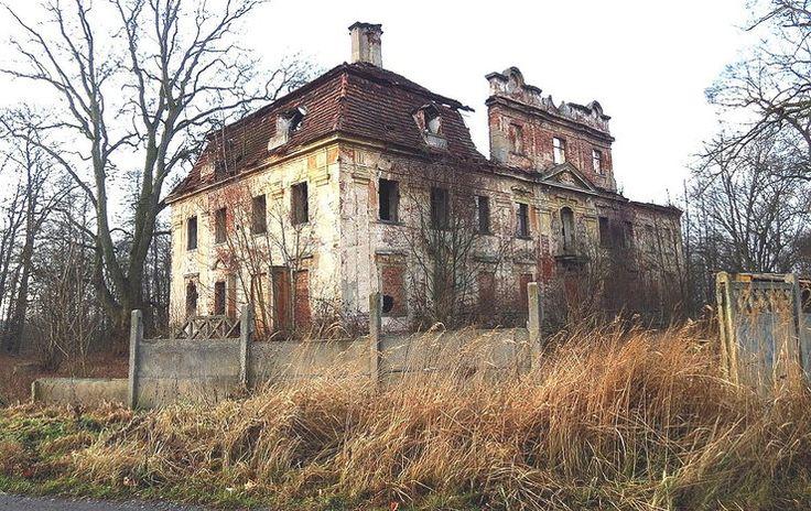 Parchów (powiat Polkowice) Po II wojnie światowej został splądrowany i opuszczony. Przebłyskiem nadziei były prace zabezpieczające dokonane przez PGR w 1958 roku. Jednak przez dziesięciolecia obiekt już tylko zamieniał się w makabryczną ruinę.