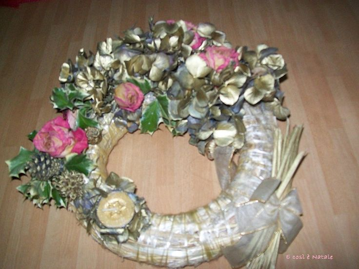 Corona con roselline e ortensie dorate
