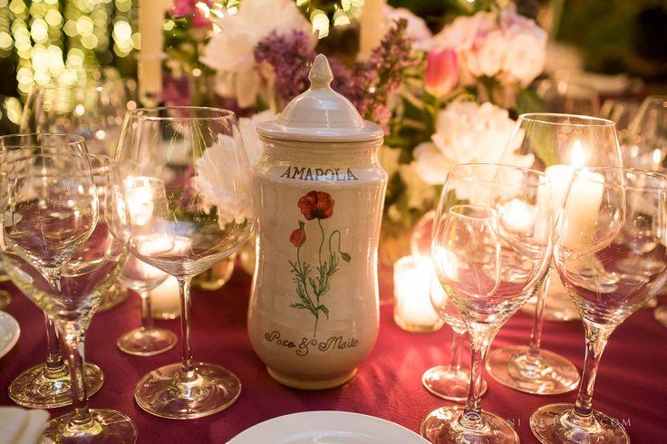 Mesero para la boda de los farmaceúticos Paco y Maite, realizado en albarelos de cerámica pintados a mano con diseños de Loveratory. La organización integral de la boda corrió a cargo de Sí!Quiero.  Foto: Nani de Pérez #mesero #meserosdeboda #meserosdeceramica #bodabotanica #bodafarmacia #bodas2017 #tendenciasdeboda #amapola