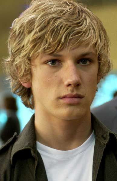 @Brianne Finch this is how i pictured peeta. haha, supposed to be good looking, not have a box head.