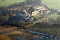 chaâteau de Vayres ( Saint Georges les Baillargeaux 86130) chateau fort en 1392 (restent les 2 tours encadrant le logis), reconstruit au 16°s, restauré et décoré au 17°s. Certains éléments évoquent l'architecture médiévale, comme le châtelet d'entrée ou les mâchicoulis sumontant les tours.