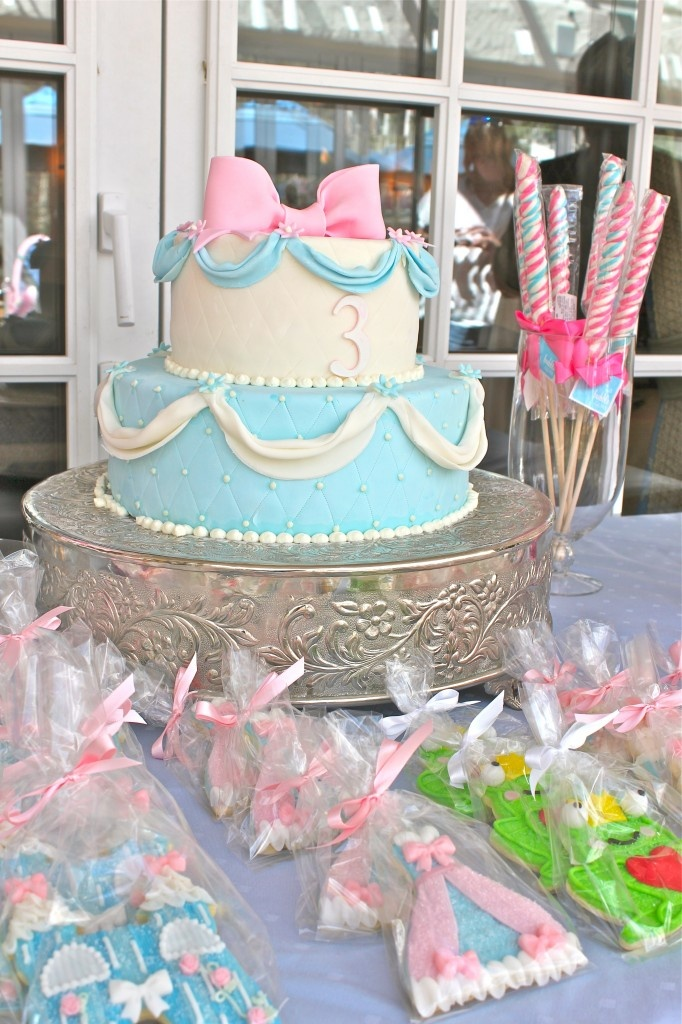 Princess cake - reminds me of the pink blue pink blue argument....however, this looks more like Cinderella's dress. Man I am such a girl!