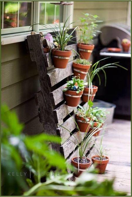 Pour accrocher des paniers... pour les fruits et légumes sur le balcon.