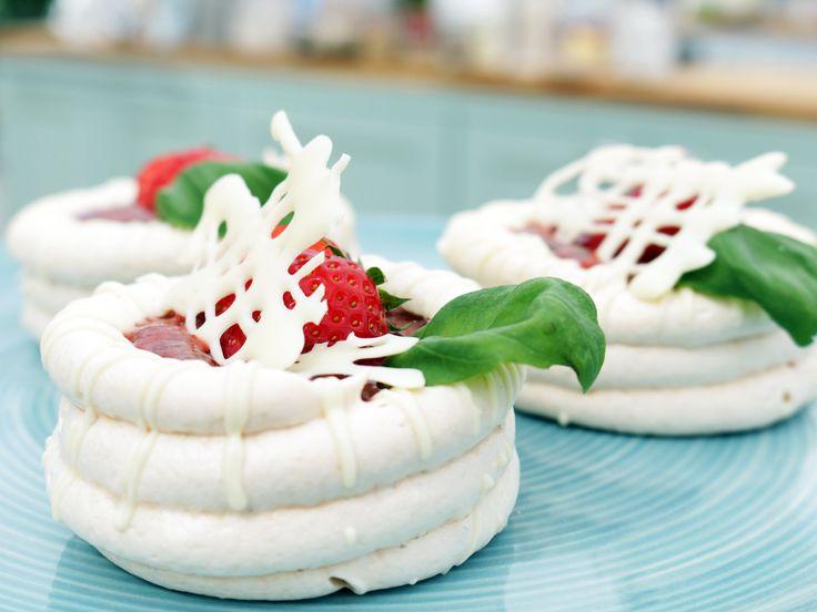 Midsommardröm - pavlova med fläderkräm och jordgubbar | Recept från Köket.se