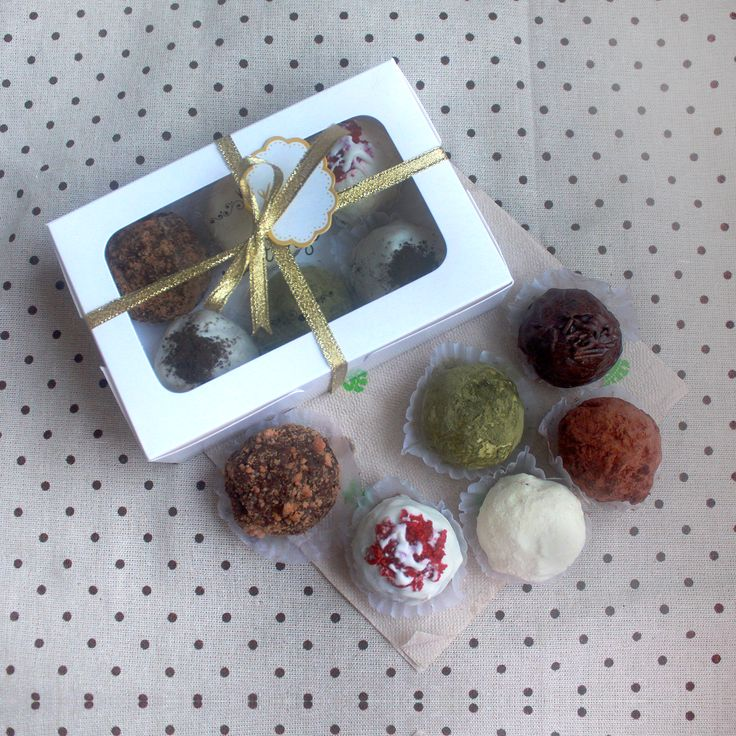 Box of 6 Assorted Chocolate Truffles for only Php 190. You may choose from the following flavors: Classic Chocolate, Dark Chocolate, White Chocolate, Peanut Butter, Cookies & Cream, Red Velvet, Matcha, and Salted Smores. Sweetlings Chocolate Truffles operates in Manila, Philippines.