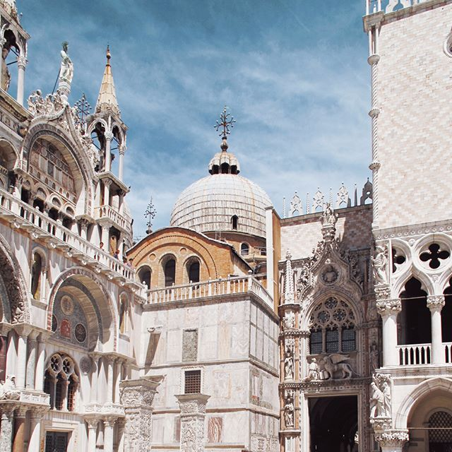 Piazza San Marco architectural details😍 . . . . . . . . . #architecture #venice #venise #venezia #italy #architetureporn #details #exploremore #wanderlust #discoveritaly #discovervenice #travel #love #veneziatravel #sunnydays #loves_united_italy #igersitaly