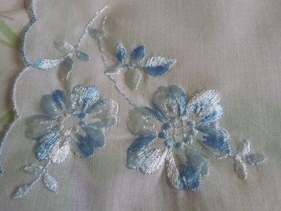 Krásne modré kvety výšivka vreckovku vreckovku
