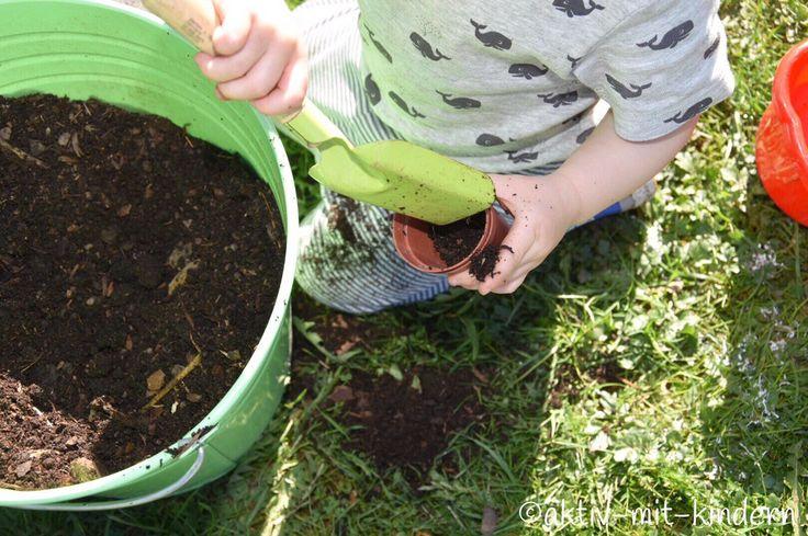Gärtnert ihr eigentlich gerne? Seit ich einen eigenen Garten habe gehört die Arbeit in selbigem zu einem meiner größten Hobbys 🙂Mehr oder weniger Erfolgreich versuche ich mich am Anbau von Obst, Gemüse und Kräutern und würde behaupten, dass die Ausbeutefür den Anfang schon ganz in Ordnung ist 😉 Bei gutem Wetter verbringe ich mit den Kindernmeist den ganzen Tag im Garten und werkele in der ein oder anderen Ecke. Auch die Kinder arbeiten gerne mit. Logisch, oder?Im Dreck zu buddeln, mit…