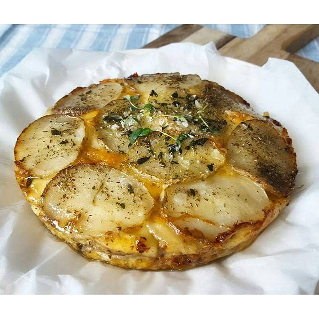 Deilig potetterrinen med smak av frisk timian og provence krydder. Lettvint og godt! Oppskrift på snikgjest.no  Riktig god helg   #snikgjest#potetterrine#terrine#potet#potato#butter#smør#ost#cheese#provencekrydder#millogmortar#økologisk#krydder#spice#herbs#urter#timian#thyme#gratin#grateng#gratinertepoteter#godtno#matbloggsentralen#matogvin#kkspis#tarasmak#fransk#french#fredagskos